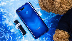 【荣耀V30】根据目前得到的消息看,荣耀的?#21331;?G手机似乎不远了。8月25日,荣耀总裁赵明在微博与网友互动时正式公布了荣耀?#21331;?G旗舰的名字,它就是荣耀V30。而且赵明还在微博表示,荣耀V30不但是一部5G手机,还会支持全网通5G,想必这部新旗舰也会同时支持SA与NSA网络。
